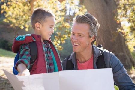 幸せな父と息子フォレスト内地図を見る 写真素材 - 87934214