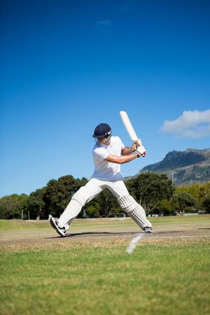 晴れた日に青空のフィールドでプレーする打者の全長 写真素材