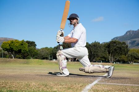 Vista lateral del bateador en el campo contra el cielo claro Foto de archivo - 79143325