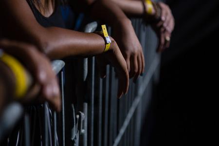 クラブでロック コンサートを見ている友人のグループ