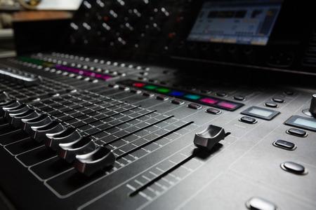 Nahaufnahme des Tonmischers im Tonstudio Standard-Bild - 79265598