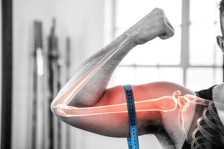 composite numérique du bras de surbrillance de l & # 39 ; homme mesurant biceps avec ruban à mesurer