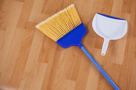 Close-up van vegen bezem en blik op houten vloer Stockfoto - 79309217