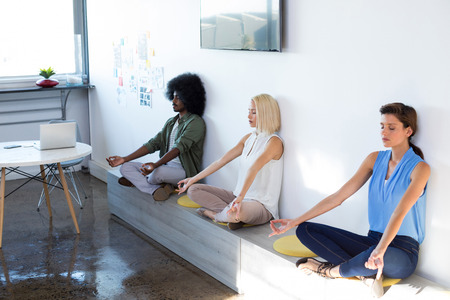 Leidinggevenden die yoga op kantoor doen