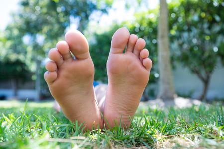 Niedriger Abschnitt des Mädchens liegend auf grasartigem Feld im Hinterhof Standard-Bild - 81940741