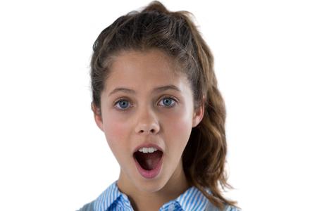 Portret van geschokte tienermeisje tegen witte achtergrond