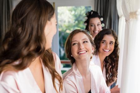 笑顔の女性が、お互い自宅相互作用