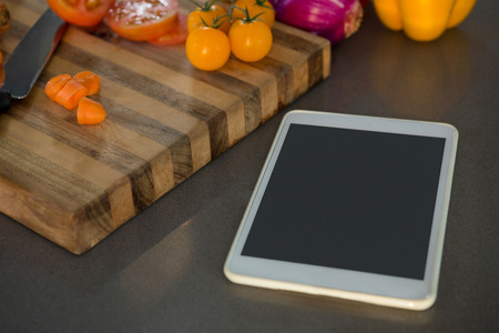 Tableta digital por verduras en el mostrador de la cocina