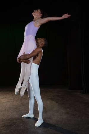 Compañeros de ballet Practicar la danza de ballet en la etapa