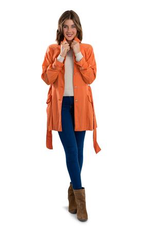 zapatos de seguridad: Longitud total del retrato de mujer feliz con ropa de abrigo mientras está de pie contra el fondo blanco