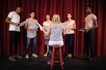 Acteurs lezen hun scripts op het podium in het theater Stockfoto - 84502966