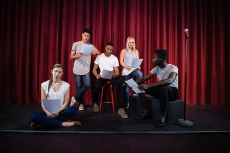 연극 무대에서 그들의 스크립트를 읽고 배우