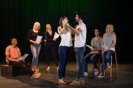 연극 무대에서 연기하는 배우들