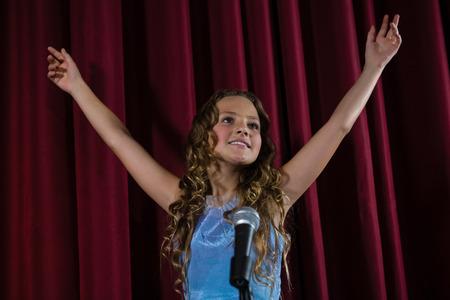 Chanteuse chanteuse sur scène au théâtre