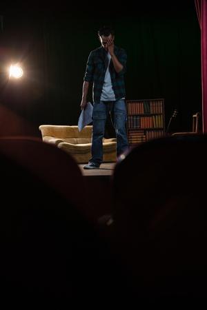 극장 무대에서 리허설하는 아티스트 스톡 콘텐츠