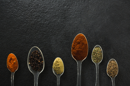 Close-up of various type spices on spoon Zdjęcie Seryjne
