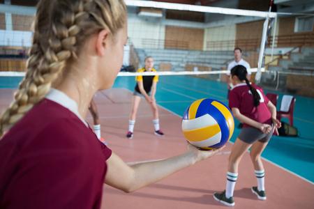 Weibliche Volleyballspieler, die Volleyball im Gericht spielen Standard-Bild - 85776956