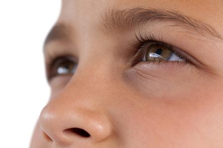 ヘーゼル色の目を持つ少年のクローズ アップ