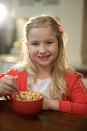 niños desayunando: Retrato de joven desayunando en la cocina en casa