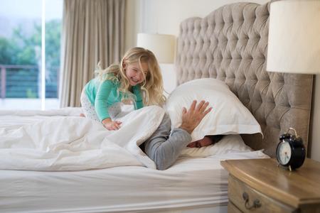 父と娘の自宅のベッド上で楽しんで 写真素材