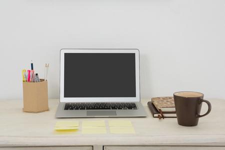 Accessori Per Ufficio : Laptop e vari accessori per ufficio sul tavolo in ufficio foto