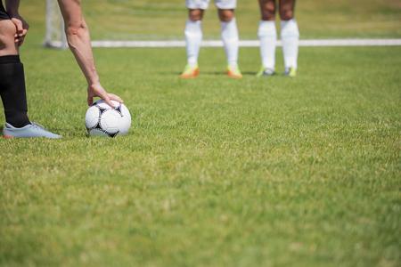 축구 선수가 땅에 벌점에서 공을 차기 준비가되었습니다. 스톡 콘텐츠
