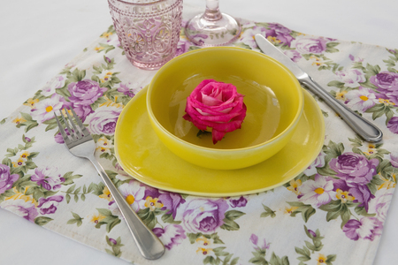 Close-up of rose flower in a bowl with cutlery Banque d'images