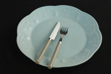 Plate and cutlery set on a black theme table  Banque d'images