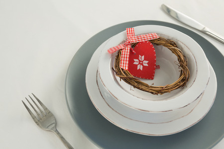 Close-up of grapevine wreath and decoration on a plate with fork and butter knife Banque d'images