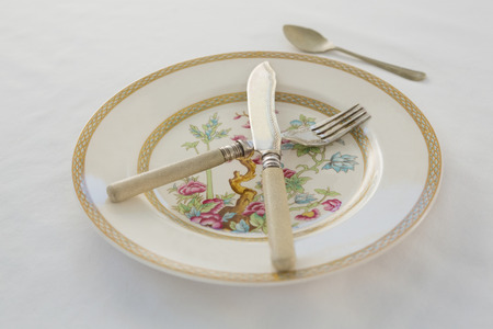 Fork, butter knife, spoon arranged in a plate Banque d'images