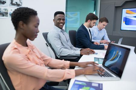 Männliche und weibliche Führungskräfte , die Laptop während des Treffens im Sitzungssaal verwenden Standard-Bild - 93365470