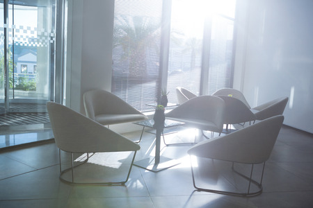 Leerer Tisch und Stuhl im Wartebereich des Tages an einem sonnigen Tag Standard-Bild - 93513138