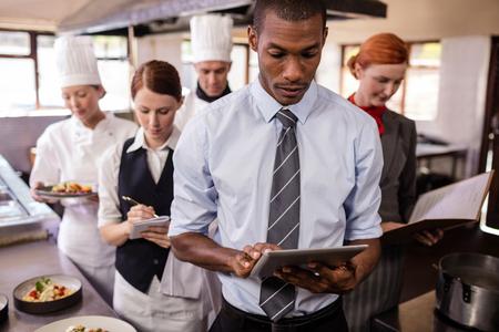 Grupo de personal del hotel que trabaja en la cocina del hotel