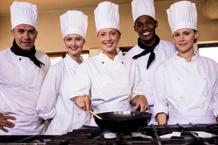 Chef mujer preparando comida en la cocina del hotel