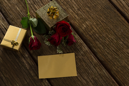 Close-up of gift box, rose and card on wooden plank Stock fotó