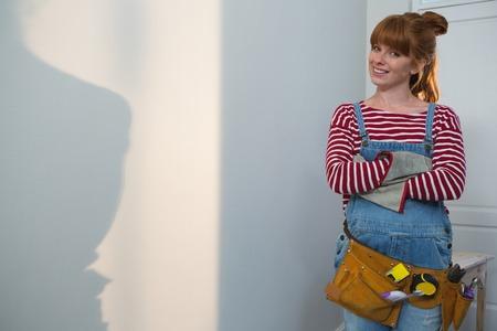 Portrait de femme charpentier debout avec les bras croisés à la maison