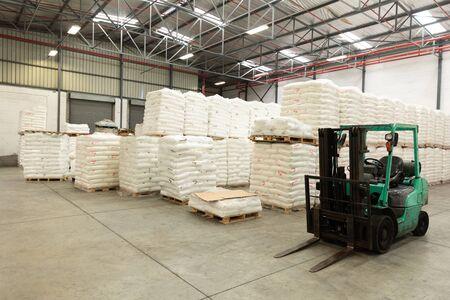 Vista interna del carrello elevatore e delle merci in magazzino. Questo è un magazzino per il trasporto e la distribuzione di merci. Concetto di lavoratori industriali e industriali
