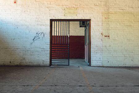 Una puerta de entrada dentro de un edificio de almacén abandonado.