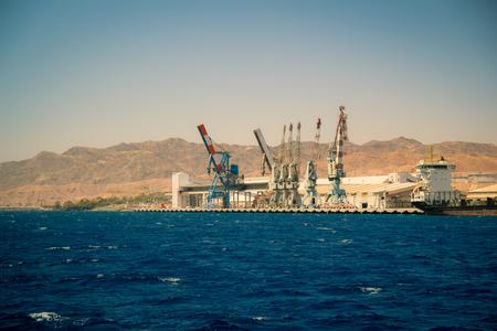 long shot: Porto di Eilat in Israele. Una nave da carico ormeggiata nel porto tiro Lunghi. Archivio Fotografico