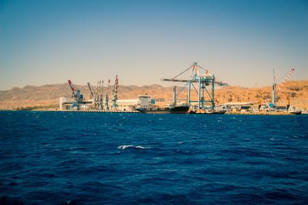 long shot: Porto di Eilat in Israele. Una nave da carico ormeggiata nel porto tiro lungo.