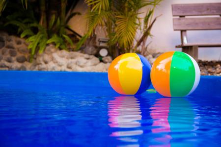 pool bola: Pelotas de playa de colores flotando en la piscina
