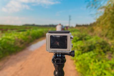 superficie: GoPro cámara de acción en el palillo en el camino de tierra en el área rural