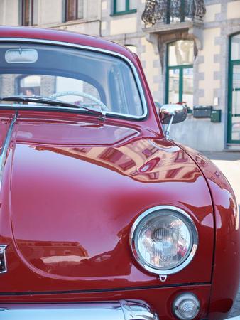 LEMBEEK, BELGIÃ <- 27 mei: Collector vergadering van klassieke auto's en motorfietsen. De tentoonstelling Retromania, vond plaats in Lembeek. Verzamelaars uit België om hun oude voertuigen te tonen, 27 mei 2017.