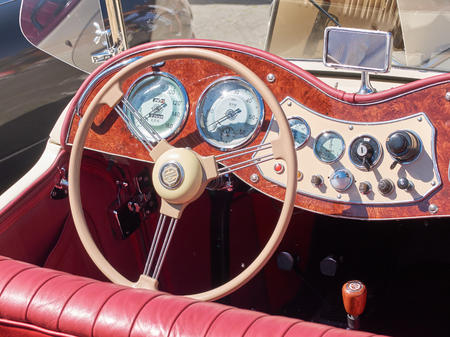 LEMBEEK, BELGIË - 27 mei: Collector's meeting van klassieke auto's en motoren. De tentoonstelling Retromania vond plaats in Lembeek. Verzamelaars uit België om hun oude voertuigen te tonen, 27 mei 2017.
