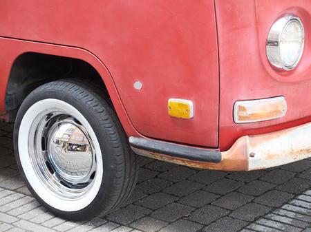 HALLE, BELGIEN - 20. Mai: Sammler Treffen von klassischen Autos und Muskelautos. Die Ausstellung fand in den Straßen von Halle statt. Amateure aus Belgien kamen, um ihre Fahrzeuge zu zeigen, Mai 20, 2017.