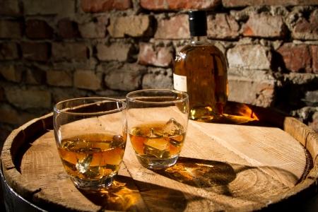 botella de whisky: Whisky y gafas