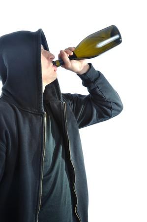alcoholismo: Joven, permanente y el consumo de alcohol, aislado en fondo blanco