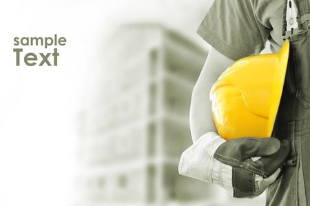 industriale: Operaio e la costruzione offuscata sfondo con spazio per il vostro testo