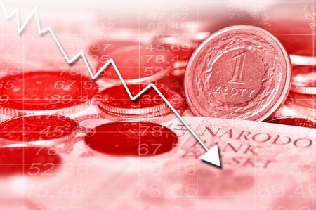 all in: Gr�fico de flecha que va hacia abajo y la moneda polaca en el fondo. Todo en color rojo. Foto de archivo