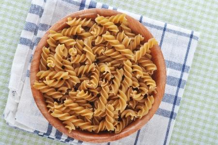 macarrones: Wholemeal italian pasta fusilli en un tazón
